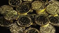 Drehende Aufnahme von Bitcoins (digitale Kryptowährung) - BITCOIN 0587