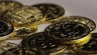 Drehende Aufnahme von Bitcoins (digitale Kryptowährung) - BITCOIN 0414