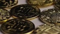 Drehende Aufnahme von Bitcoins (digitale Kryptowährung) - BITCOIN 0369