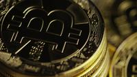 Drehende Aufnahme von Bitcoins (digitale Kryptowährung) - BITCOIN 0435