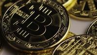 Drehende Aufnahme von Bitcoins (digitale Kryptowährung) - BITCOIN 0404