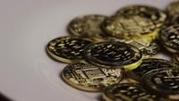 Drehende Aufnahme von Bitcoins (digitale Kryptowährung) - BITCOIN 0409