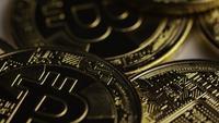 Drehende Aufnahme von Bitcoins (digitale Kryptowährung) - BITCOIN 0403