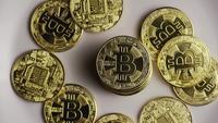 Drehende Aufnahme von Bitcoins (digitale Kryptowährung) - BITCOIN 0421