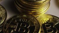 Drehende Aufnahme von Bitcoins (digitale Kryptowährung) - BITCOIN 0432