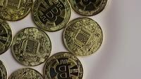 Drehende Aufnahme von Bitcoins (digitale Kryptowährung) - BITCOIN 0336