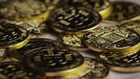 Drehende Aufnahme von Bitcoins (digitale Kryptowährung) - BITCOIN 0411