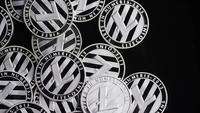 Roterande skott av Bitcoins (digital cryptocurrency) - BITCOIN LITECOIN 416