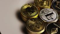 Drehende Aufnahme von Bitcoins (digitale Kryptowährung) - BITCOIN MIXED 018
