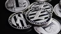 Drehende Aufnahme von Bitcoins (digitale Kryptowährung) - BITCOIN LITECOIN 546