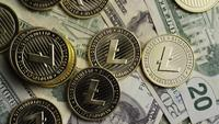 Drehende Aufnahme von Bitcoins (digitale Kryptowährung) - BITCOIN LITECOIN 564