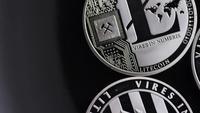 Rotierende Aufnahme von Bitcoins (digitale Kryptowährung) - BITCOIN LITECOIN 505