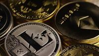 Rotierende Aufnahme von Bitcoins (digitale Kryptowährung) - BITCOIN MIXED 022