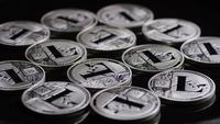 Rotierende Aufnahme von Bitcoins (digitale Kryptowährung) - BITCOIN LITECOIN 459