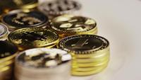 Drehende Aufnahme von Bitcoins (digitale Kryptowährung) - BITCOIN MIXED 033