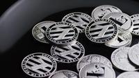 Drehende Aufnahme von Bitcoins (digitale Kryptowährung) - BITCOIN LITECOIN 543