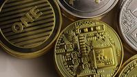 Drehende Aufnahme von Bitcoins (digitale Kryptowährung) - BITCOIN MIXED 007