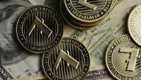 Drehende Aufnahme von Bitcoins (digitale Kryptowährung) - BITCOIN LITECOIN 567