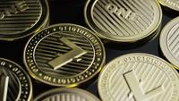 Drehende Aufnahme von Bitcoins (digitale Kryptowährung) - BITCOIN LITECOIN 285