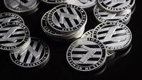 Drehende Aufnahme von Bitcoins (digitale Kryptowährung) - BITCOIN LITECOIN 372