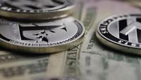 Drehende Aufnahme von Bitcoins (digitale Kryptowährung) - BITCOIN LITECOIN 681