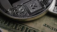 Drehende Aufnahme von Bitcoins (digitale Kryptowährung) - BITCOIN LITECOIN 646