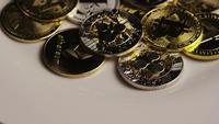 Drehende Aufnahme von Bitcoins (digitale Kryptowährung) - BITCOIN MIXED 065