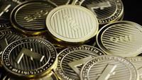 Roterande skott av Bitcoins (digital cryptocurrency) - BITCOIN LITECOIN 321
