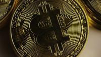 Drehende Aufnahme von Bitcoins (digitale Kryptowährung) - BITCOIN MIXED 011