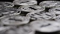 Drehende Aufnahme von Bitcoins (digitale Kryptowährung) - BITCOIN LITECOIN 530