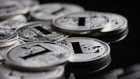 Drehende Aufnahme von Bitcoins (digitale Kryptowährung) - BITCOIN LITECOIN 494