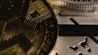 Drehende Aufnahme von Bitcoins (digitale Kryptowährung) - BITCOIN MIXED 077