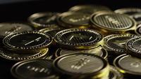 Rotierende Aufnahme von Bitcoins (digitale Kryptowährung) - BITCOIN LITECOIN 329