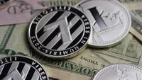 Drehende Aufnahme von Bitcoins (digitale Kryptowährung) - BITCOIN LITECOIN 668