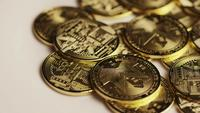 Drehende Aufnahme von Bitcoins (digitale Kryptowährung) - BITCOIN MONERO 105