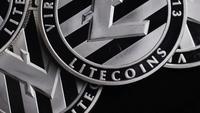 Rotierende Aufnahme von Bitcoins (digitale Kryptowährung) - BITCOIN LITECOIN 420