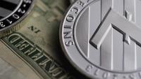 Drehende Aufnahme von Bitcoins (digitale Kryptowährung) - BITCOIN LITECOIN 613