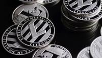 Drehende Aufnahme von Bitcoins (digitale Kryptowährung) - BITCOIN LITECOIN 373