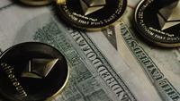 Drehende Aufnahme von Bitcoins (digitale Kryptowährung) - BITCOIN ETHEREUM 208