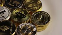 Drehende Aufnahme von Bitcoins (digitale Kryptowährung) - BITCOIN MIXED 016