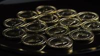 Rotierende Aufnahme von Bitcoins (digitale Kryptowährung) - BITCOIN LITECOIN 217