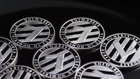 Drehende Aufnahme von Bitcoins (digitale Kryptowährung) - BITCOIN LITECOIN 398