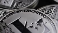 Rotierende Aufnahme von Bitcoins (digitale Kryptowährung) - BITCOIN LITECOIN 487