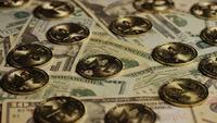 Drehende Aufnahme von Bitcoins (digitale Kryptowährung) - BITCOIN MONERO 178