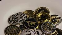 Drehende Aufnahme von Bitcoins (digitale Kryptowährung) - BITCOIN MIXED 066