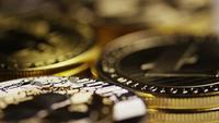 Drehende Aufnahme von Bitcoins (digitale Kryptowährung) - BITCOIN MIXED 039