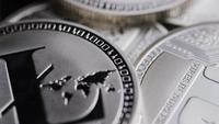 Drehende Aufnahme von Bitcoins (digitale Kryptowährung) - BITCOIN LITECOIN 489