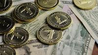 Drehende Aufnahme von Bitcoins (digitale Kryptowährung) - BITCOIN LITECOIN 575