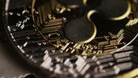 Drehende Aufnahme von Bitcoins (digitale Kryptowährung) - BITCOIN MIXED 076