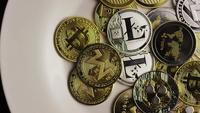 Drehende Aufnahme von Bitcoins (digitale Kryptowährung) - BITCOIN MIXED 049